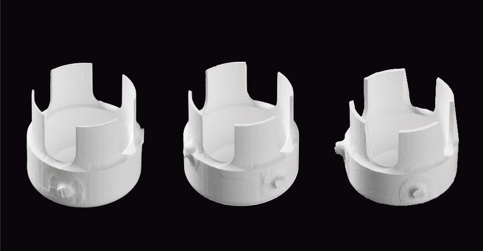 """Abb. 3: """"Merlon""""-Geometrien aus VITA YZ mit Wandstärken von 0,2 mm, 0,3 mm und 0,4 mm (von links nach rechts). Quelle: Interne Untersuchung, VITA F&E, Gödiker, 08/2017, Test: Je Materialvariante wurden sieben sog. """"Merlons"""" (= Probengeometrie mit vier Zinnen, s. Foto) mit Wandstärken von 0,2 mm bzw. 0,3 mm bzw. 0,4 mm CAM-technisch hergestellt."""