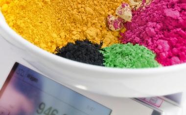 Abb. 2 a/b: Beispielhafte Darstellung der visuellen Überprüfung der Farbtreue einer VITA LUMEX AC-Musterkrone zum VITA-Farbstandard sowie für die Umsetzung einer Farbrezeptur mittels Keramikpulvern, die mit Farbpigmenten durchsetzt sind.