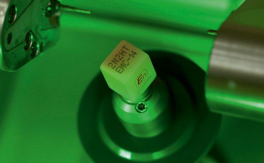 Fig. 8 El bloque de cerámica híbrida altamente translúcida en el color 2M2, fijado en la fresadora.